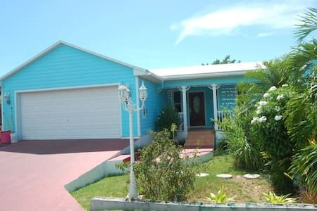Blue Dolphin Cottage, Russell Island.  (Eleuthera)