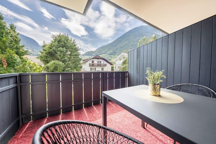 """Stylisches Apartment """"Goldfinger Superior Individual"""" mit Bergblick, WLAN, Balkon, Garten und Pool; Parkplätze vorhanden"""