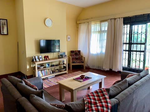 Bright + Comfortable Room - 10 Minute Walk to Town