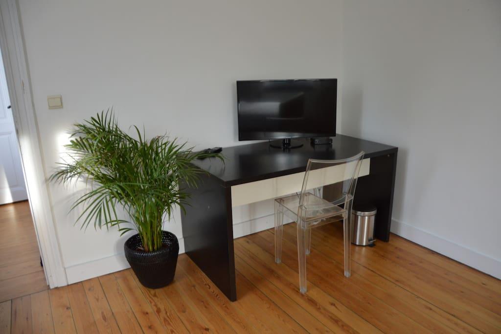 Chambre équipée d'une télévision et d'un coin café.