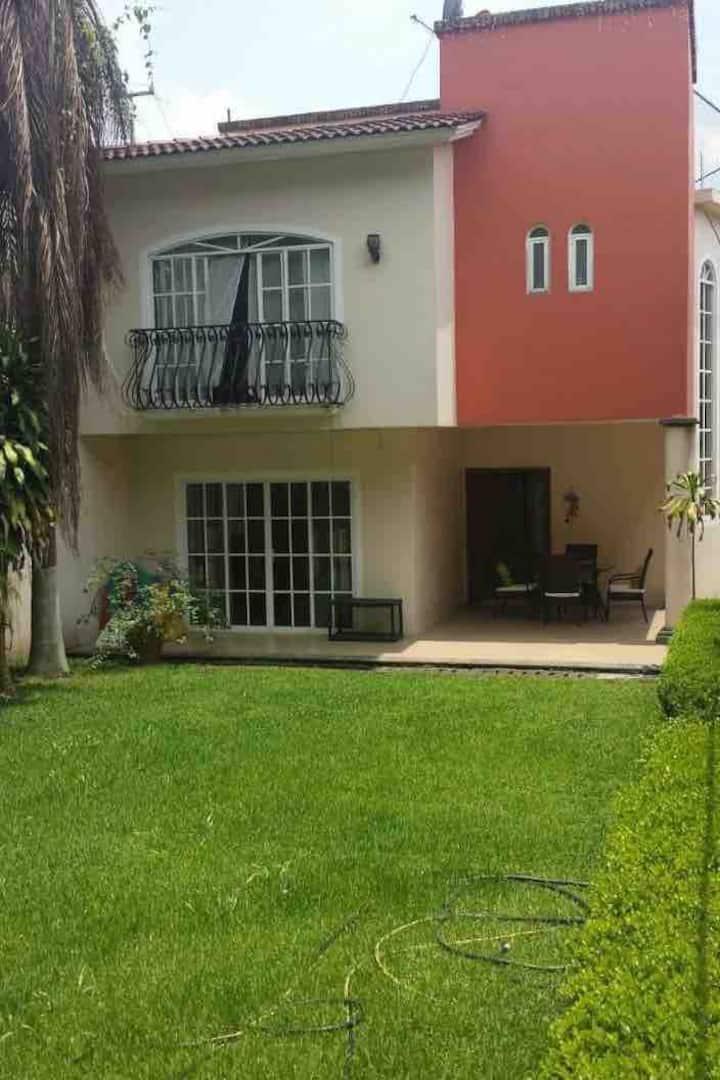 Casa amplia con hermoso jardin