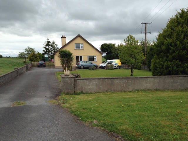 Cosy home in Oranmore offers 2 cosy bedrooms - Oranmore - House