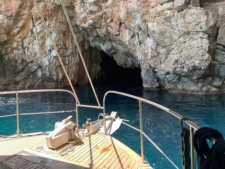 House Boat  на острове в Черногории