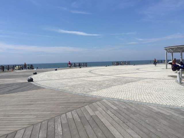 歩いて2分のビーチ。 2min from the house.