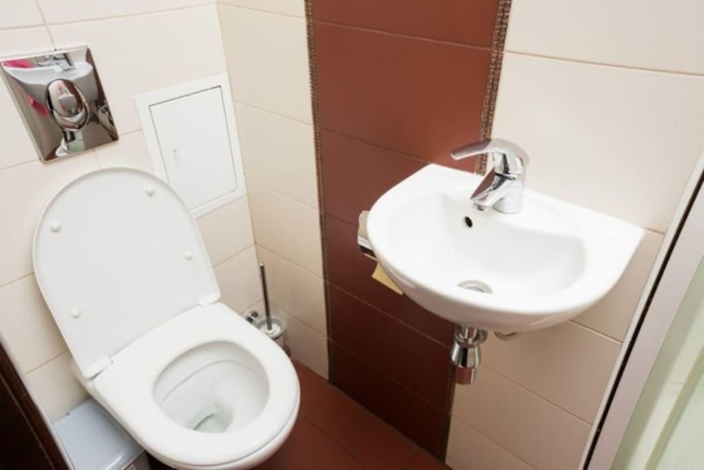 2 душевых и 2 туалета. В отличном ЧИСТОМ состоянии 24 часа в сутки