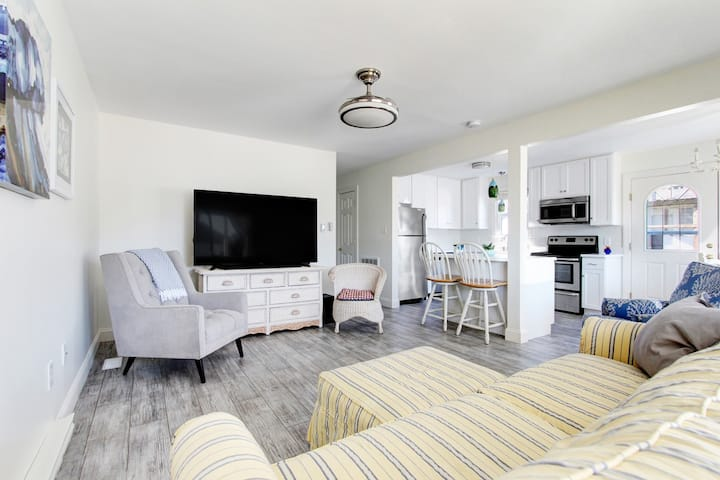 Airy Open Beach Condo! Updated, Walkable, Parking!