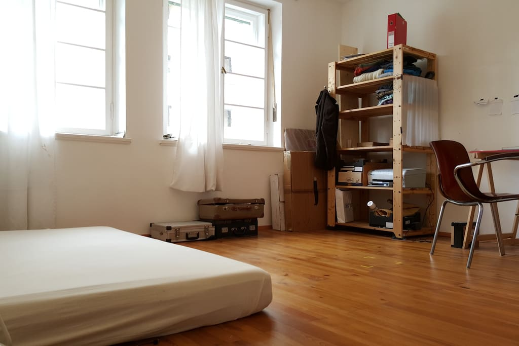 Sehr helles Zimmer mit Holzboden