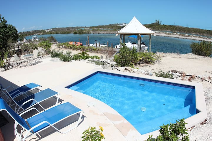 3 bedroom villa with pool and canal - Cooper Jack Bay Settlement - Villa