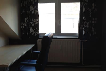 Chambre avec lit simple dans maison - Gembloux