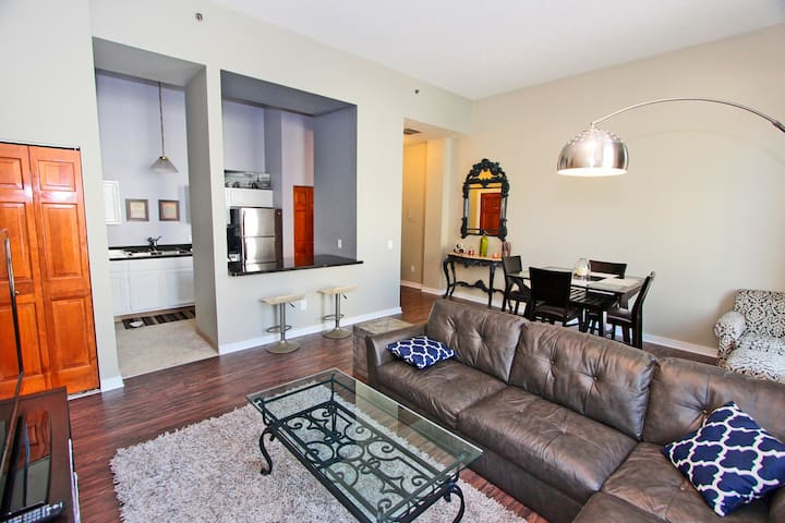Modern, Central --Cleveland Downtown -- 2 Bedrooms