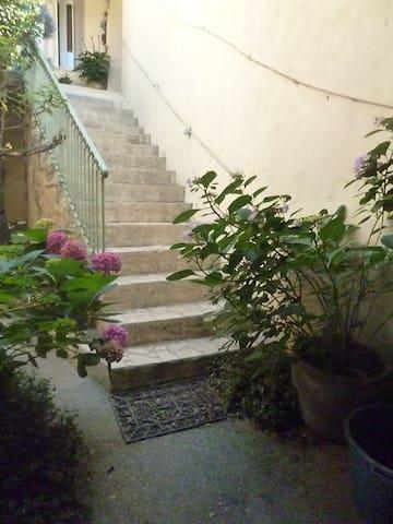 montée d'escalier de la cour intérieure à l'appartement