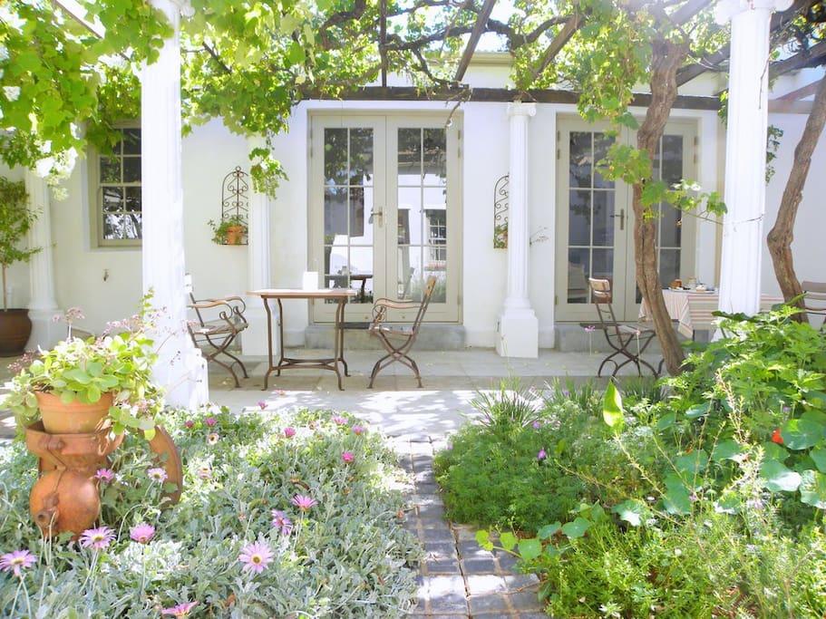 AU PEAR GUEST HOUSE - patio courtyard