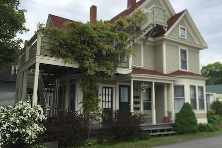 The Old Charm of Cozy Victorian - Bar Harbor - Apartamento