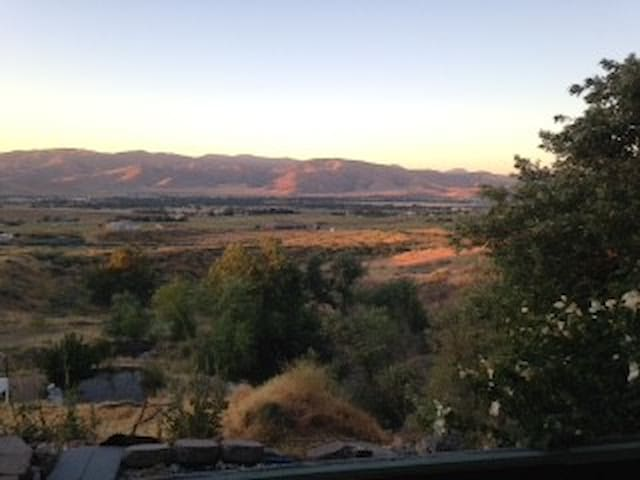 Privacy on 3 acres yet one mile from everything. - Tehachapi