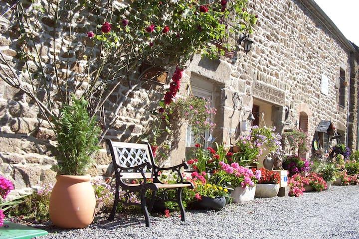 Gîte Les Fleurettes Baie du  Mont - Saint-Marcan - House