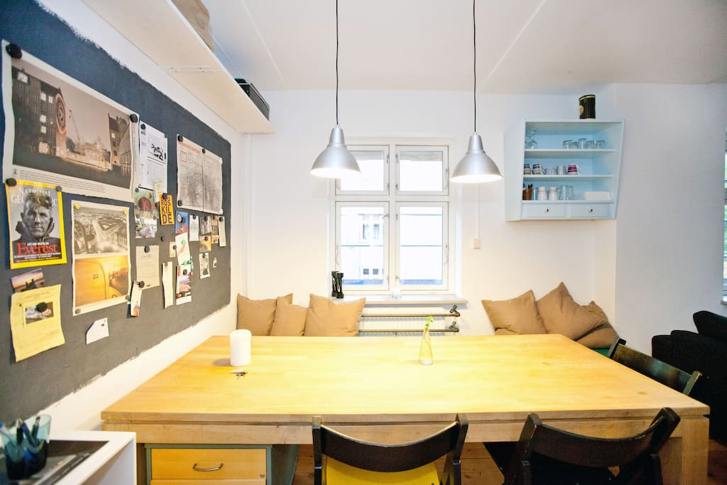 Diningarea with the cosy bench from which you can overview the kitchen