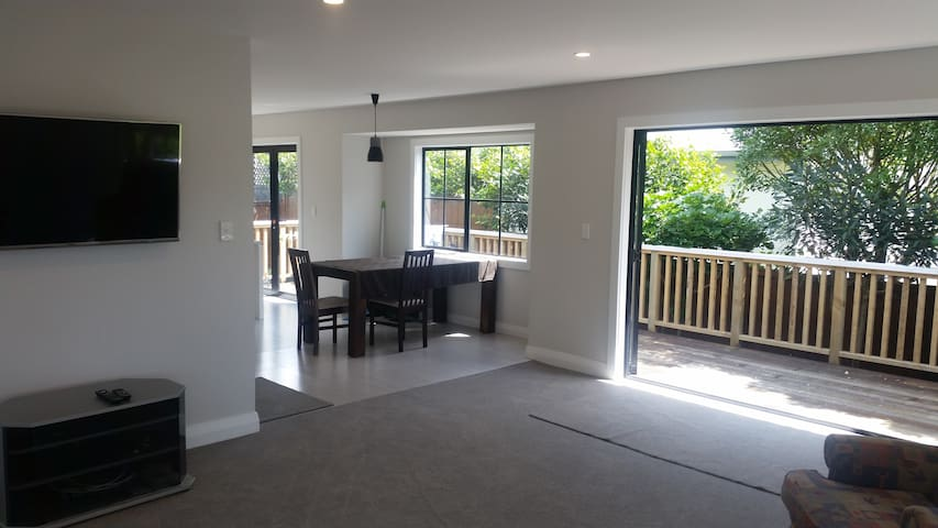 Large Double Bedroom in Central Auckland Home