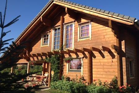 Chambre d'étape dans maison bois - Bellenaves - Casa