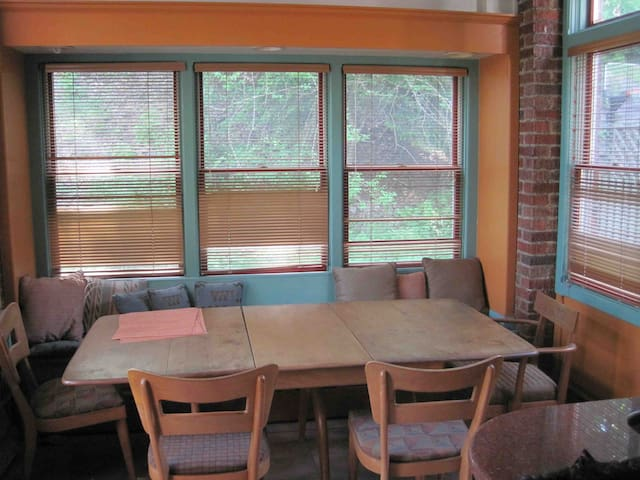 Top Floor in Squirrel Hill; 2BR, 1B