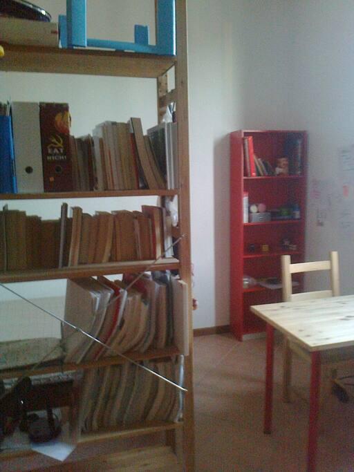 ci sono scaffali e due scrivanie