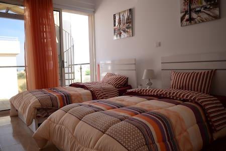 坐落與著名旅遊勝地,擁有漂亮的地中海,迷人的自然風光和悠久人文歷史 - Paphos