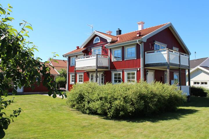 Big room with separat entrance close to ARN - Sigtuna - House