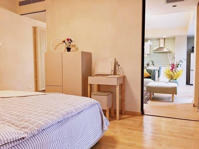 卧室:2x2米大床、两个床头柜、大衣柜、梳妆台及角柜各一个