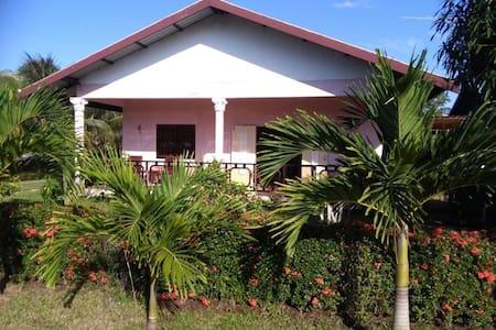 Vrijstaande Bungalow in rustige en groene omgeving - Paramaribo - Rumah