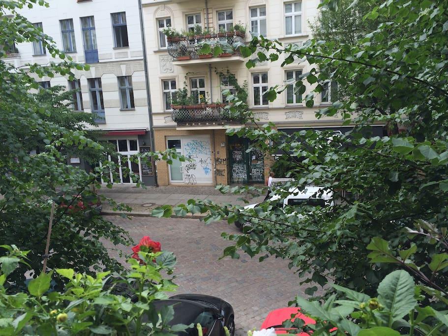 many little shops an restaurants in the street