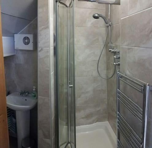 Fantastic, En Suite refurbished shower.