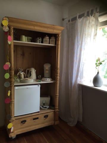 Ein kleiner Kühlschrank fürs Nötigste sowie kostenlos Kaffee, Tee & Mineralwasser