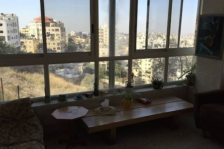 Central Location in Beautiful Home- Ramallah - رام الله - 客房