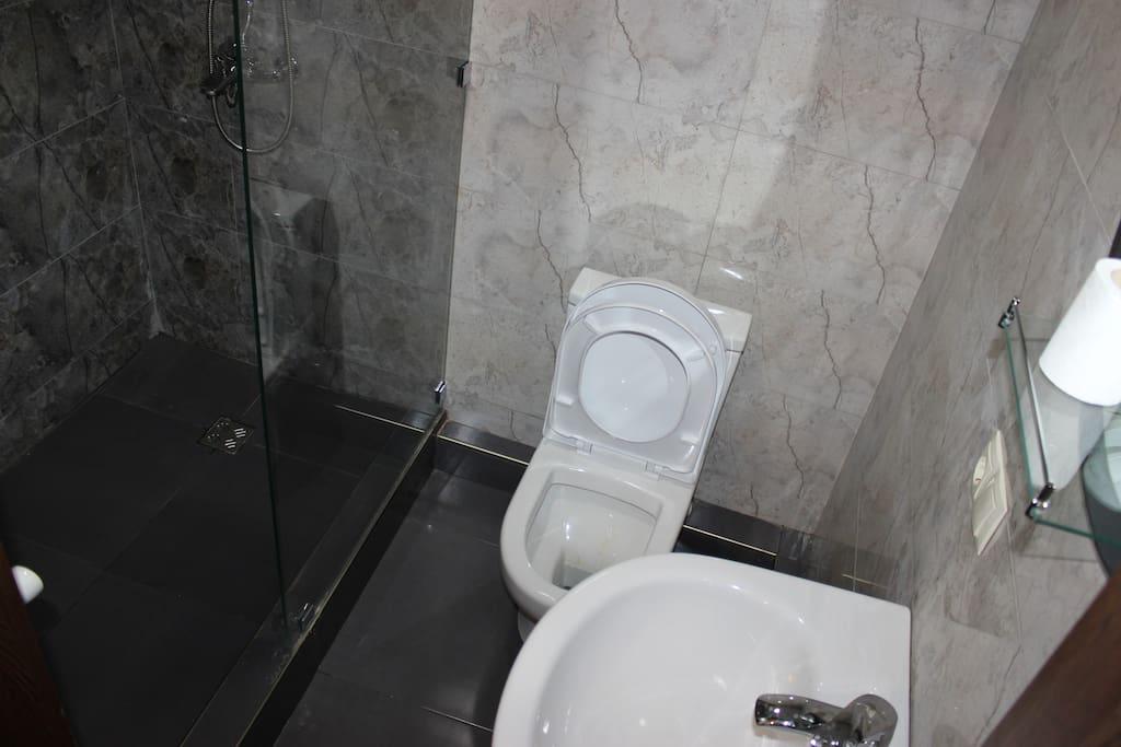 geniş duş alanı olan banyolarda saç kurutma makinesi bulunmakta.
