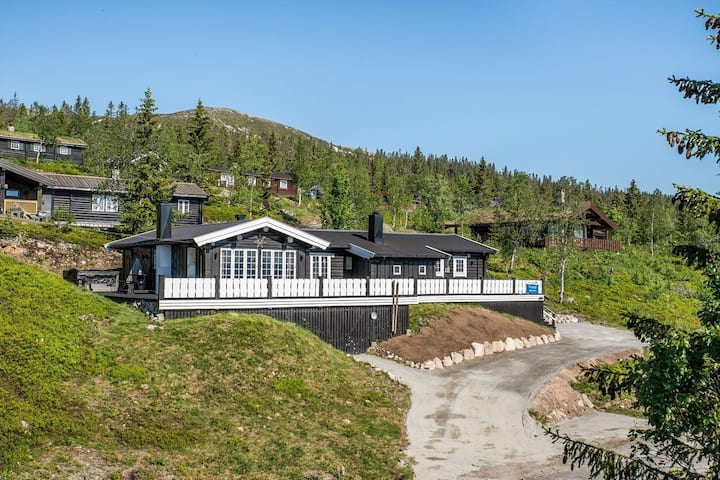 Beautiful cabin&view, 4 bedr, ski in/out, jacuzzi