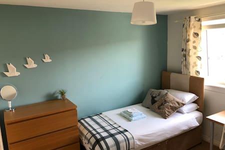 Single bedroom in Edinburgh home