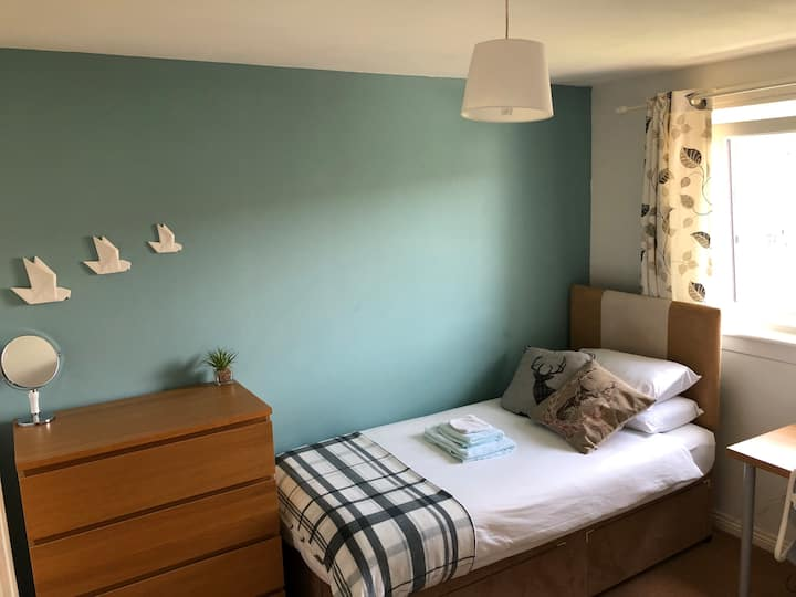 Single bedroom in Edinburgh home