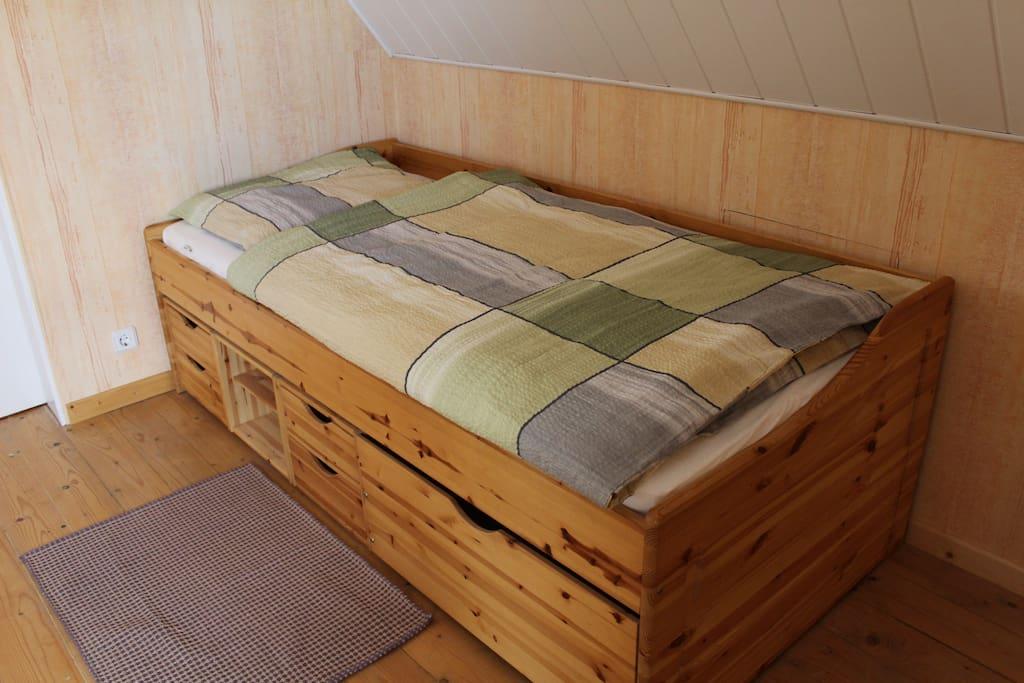 Die Betten bieten viel Stauraum für das Reisegepäck