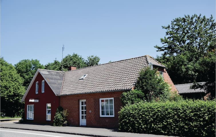 Holiday cottage with 5 bedrooms on 224m² in Bredebro