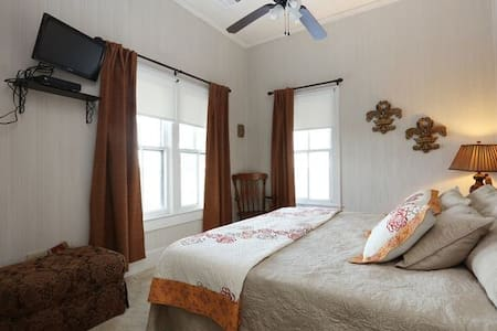 Fleur de Lis Room / Mrs. Rose's B&B - Kaplan - Bed & Breakfast