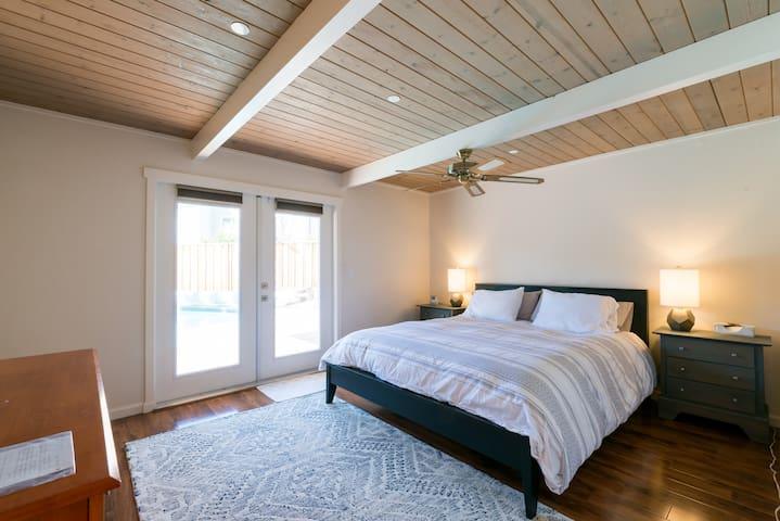 modern luxury - master bedroom w en-suite bathroom