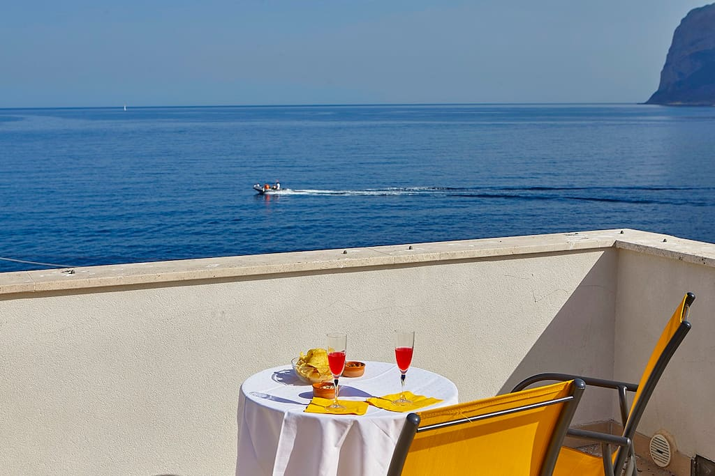 Roof terrace overlooking the blu see