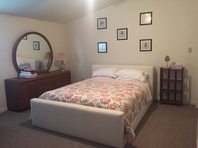 Ivy Cottage-Private  QueenSized Bed