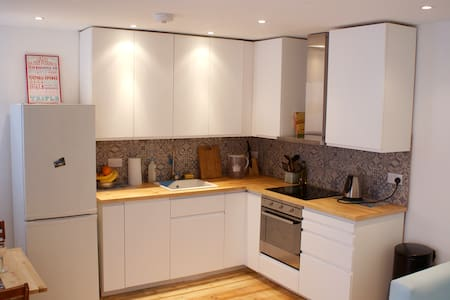 A cozy one bedroom flat with a private patio - Londres - Apartamento