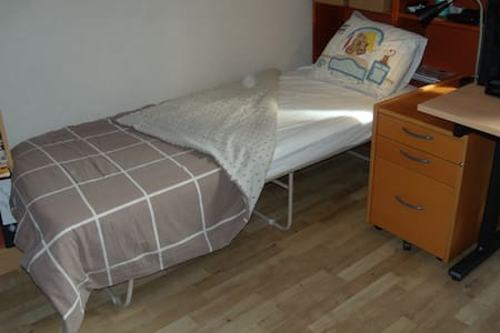 Private and cheap room with desk (+fast wifi) - Umeå