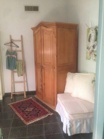 cozy room in the country villa -quiet neighborhood - Ramat Hasharon - วิลล่า