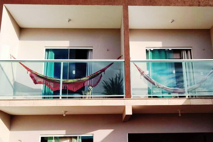 Suite, sacada, ar, TV e internet 300 m da praia