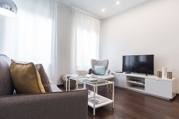 Spacious living & dining room
