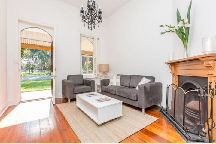 Executive Row Cottage on the Park - North Adelaide - Dům
