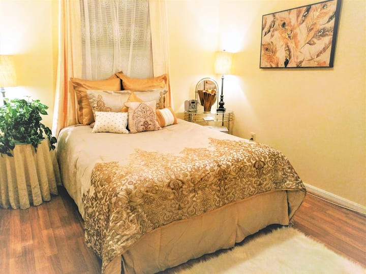 Golden Glory Queen Suite at Angie's BnB