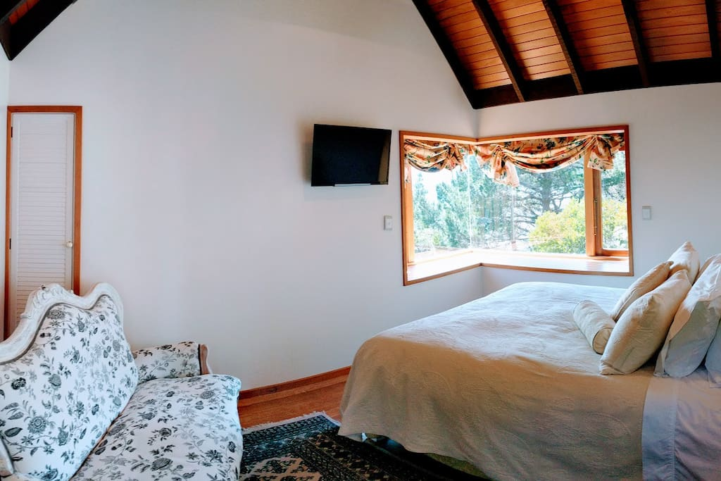 Guest suite with kitchenette and ensuite
